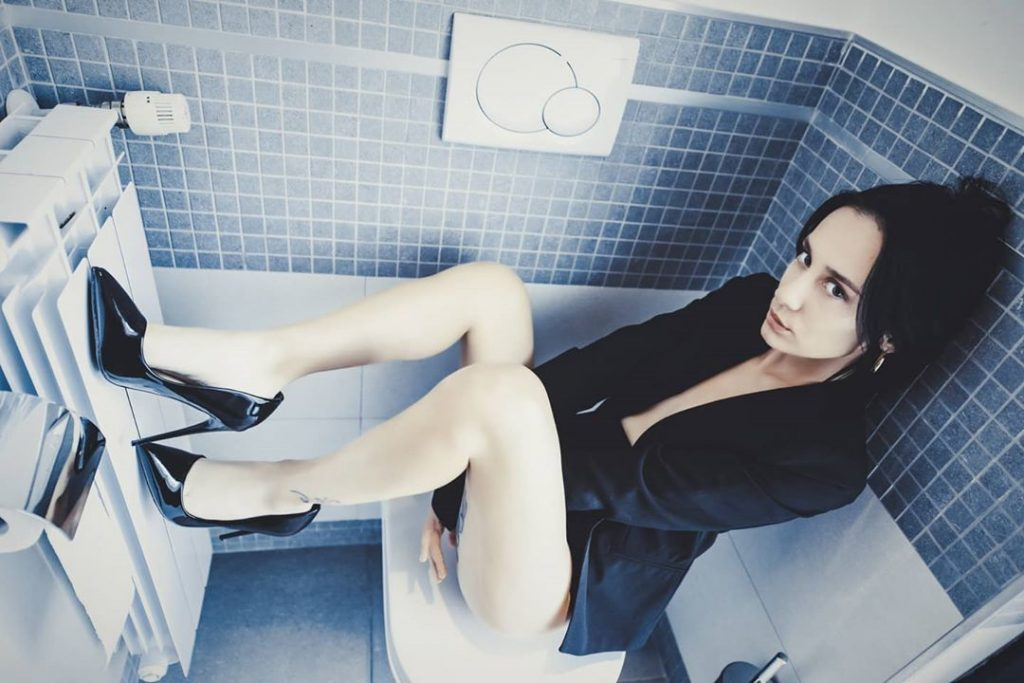 A day with @amber.hope.model support team @supercittons & @agathadevil #milanoshootingweek #bathroom #legs #shoes #portraits #portrait #relax #relaxtime